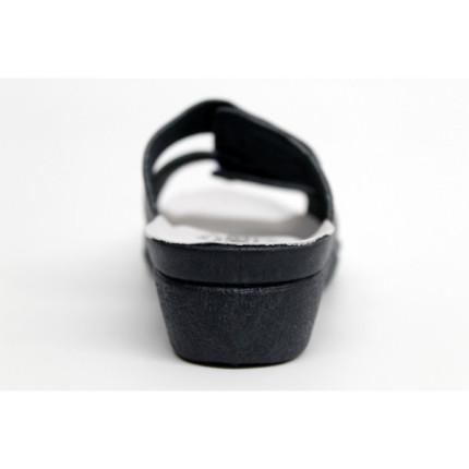 Zueco de piel con cierres de velcro y cuña de goma