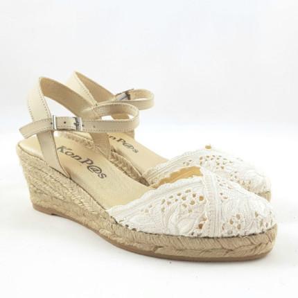 Alpagatas tipo sandalia con cuña de esparto y empeine tipo ganchillo color beige