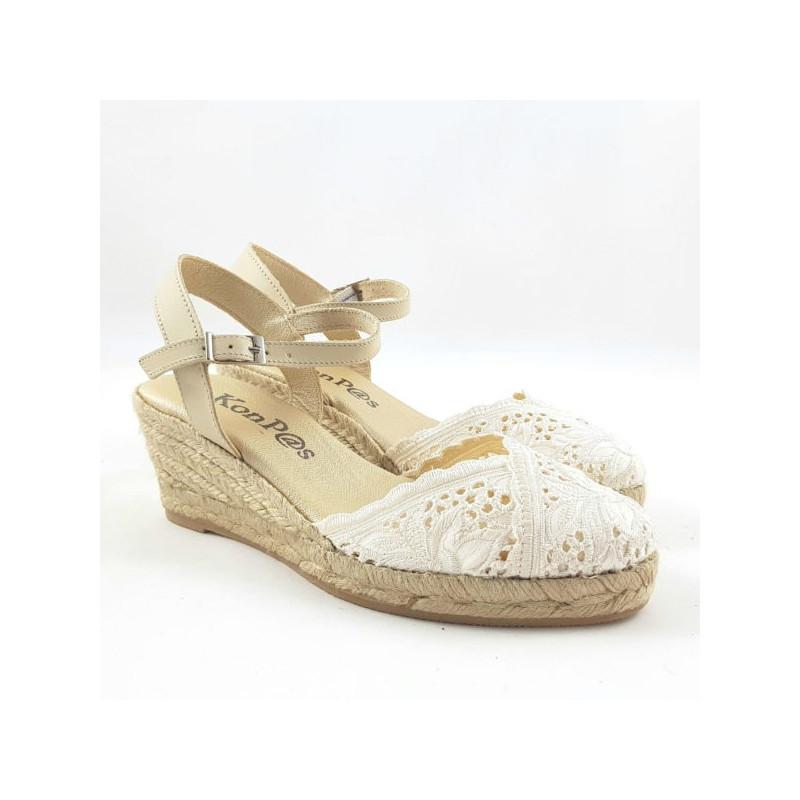 Alpagatas tipo sandalia con cuña de esparto y empeine tipo ganchillo color camel