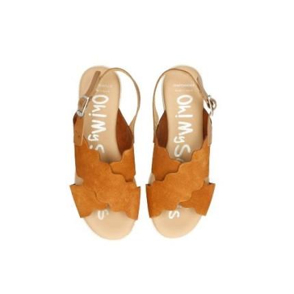 Sandalias con una pequeña plataforma en piel vuelta de tiras cruzadas, ligeras color marrón