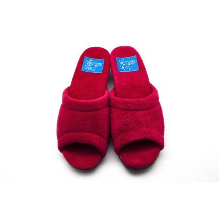 Zapatillas de casa de algódon de toalla en color vino con cuña forrada al tono